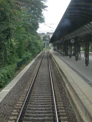Leeres Gleis am Bahnhof