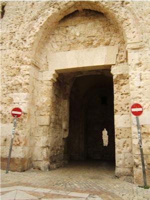 Eingangstür einer Kirche, links und rechts Durchfahrtverboten-Schilder