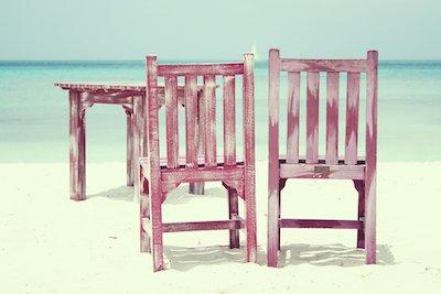 Zwei Stühle und ein Tisch am Meer