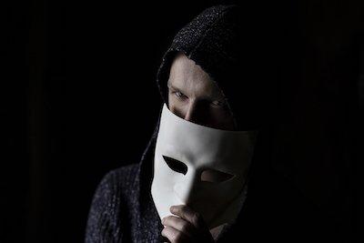 Mann mit venezianischer Maske