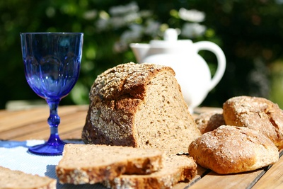 Frisches Brot, Brötchen, Glas und Kaffeekanne