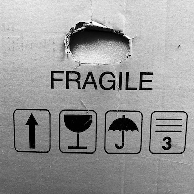 Karton mit dem Aufdruck FRAGILE-ZERBRECHLICH