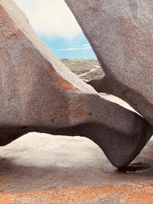 Landschaft durch Felsspalt
