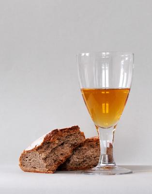 Weinglas und ein Stück Brot