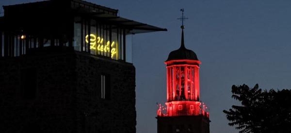 Rot angestrahlter Kirchturm