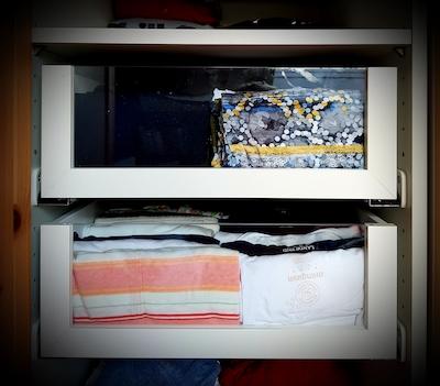 Geöffneter Kleiderschrank mit zwei Schubfächern