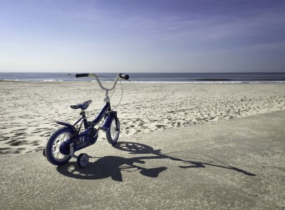 Kinderfahrrad an weitem Strand