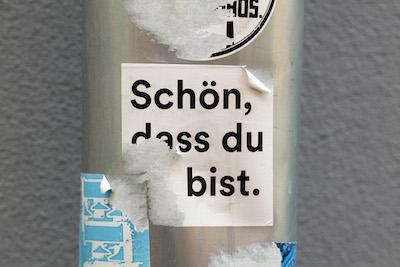 Plakat mit Aufschrift: Schön, dass Du bist