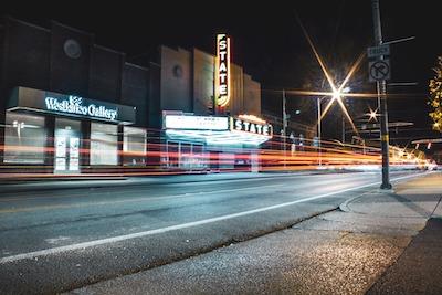 Nächtliche Straße mit Lichtspuren der Autos