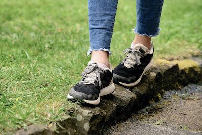 Füße laufen auf Randsteinen