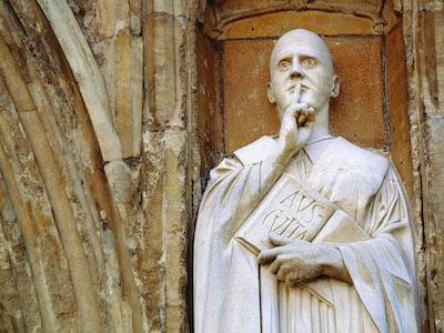 Statue mit Zeigefinger vor dem Mund