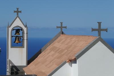 Dach und Glockenturm einer Kirche