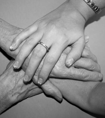 Hände einander haltend