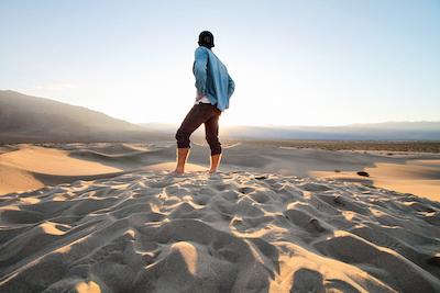 Mann im Gegenlicht des Death Valley