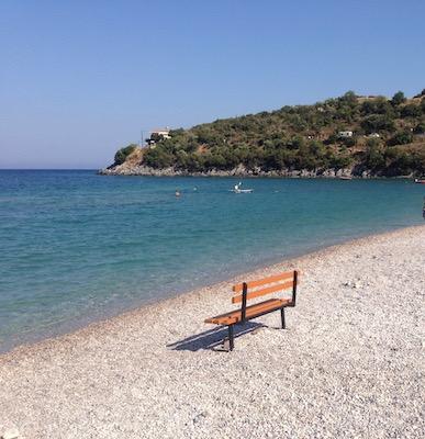 Bank am Strand in Griechenland