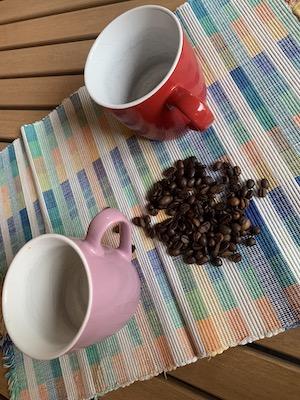 2 Tassen und Kaffeebohnen