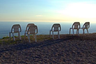 Stühle an einem Aussichtspunkt